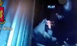 Un momento dell'aggressione ripreso dalla telecamera di sicurezza (Youtube)