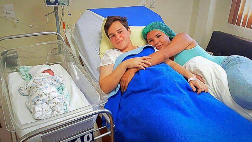 Una coppia transgender dà alla luce un figlio: a partorire è…