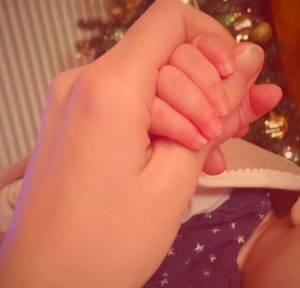 La mamma stringe la mano della piccola Anita (Facebook)