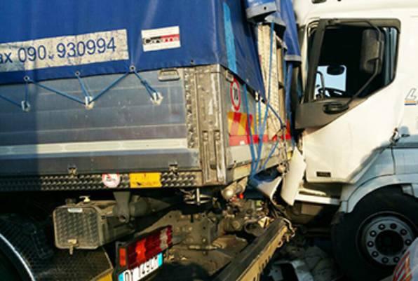 Scontro tra tir in autostrada: incastrati tra le lamiere contorte