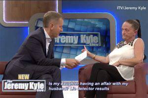 In diretta tv donna accusa la figlia di fare sesso con il patrigno