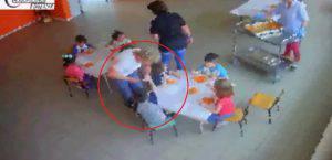 Le maestre mentre picchia un bambino durante il pranzo (Carabinieri)