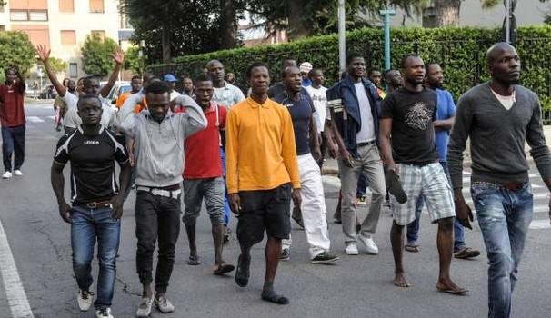 """Migranti protestano e bloccano la città: """"Vogliamo un servizio migliore"""""""