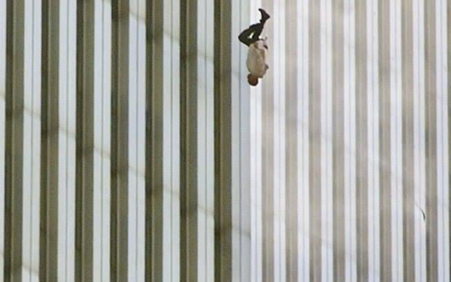 """""""L'uomo che cade"""" quella straziante immagine che non dimenticheremo – VIDEO"""