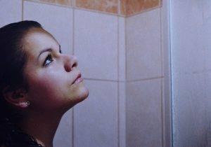Sotto la doccia (Pixabay)