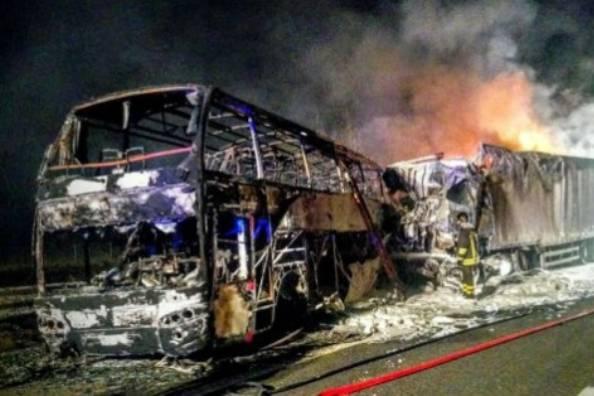 Autosole, scontro tir-pullman con migranti: mezzi a fuoco, dieci feriti lievi