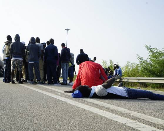 La clamorosa protesta sul ponte del Po dei migranti (Websource)