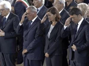 Renzi usa il cellulare durante i funerali delle vittime del terremoto?