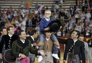 Il piccolo Adrian viene portato in trionfo dai toreri (WeEl Mundo)