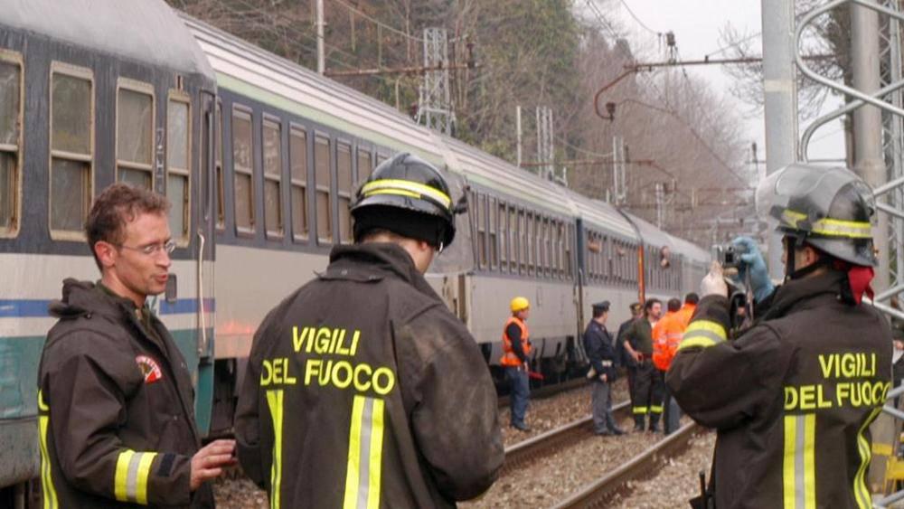 Milano, treno regionale travolge due persone: un morto e un ferito