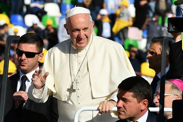 """Il Papa: """"Siamo in guerra con la teoria gender, vogliono distruggere il matrimonio"""""""