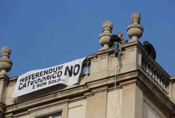 Compie un gesto eclatante per dire no al referendum di Renzi