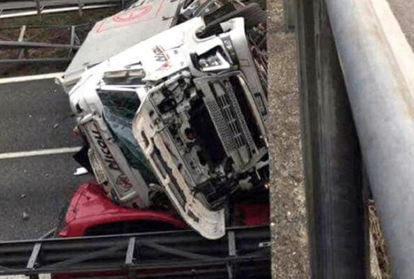 Crollo del cavalcavia, le immagini dell'incidente – VIDEO