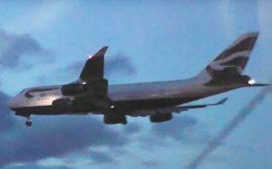 L'aereo mentre tenta l'atterraggio d'emergenza (Youtube)