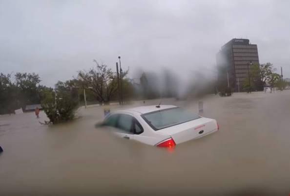 Un inferno d'acqua: mamma e bimbo stanno affondando – VIDEO