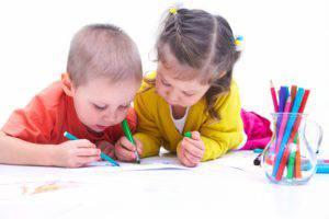 bambini-che-disegnano