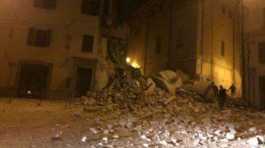 Il campanile di Camerino crollato su una palazzina (Websource)