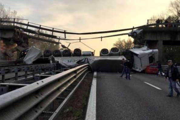 Crolla il ponte della superstrada per Lecco