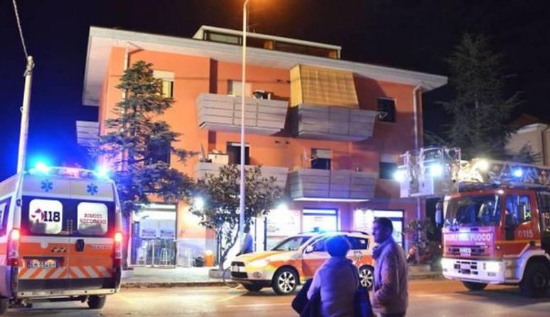 Incendio in un palazzo, bambini gettati dalle finestre