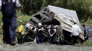 Il bus e i soccorritori alle prese con morti e feriti (Websource)