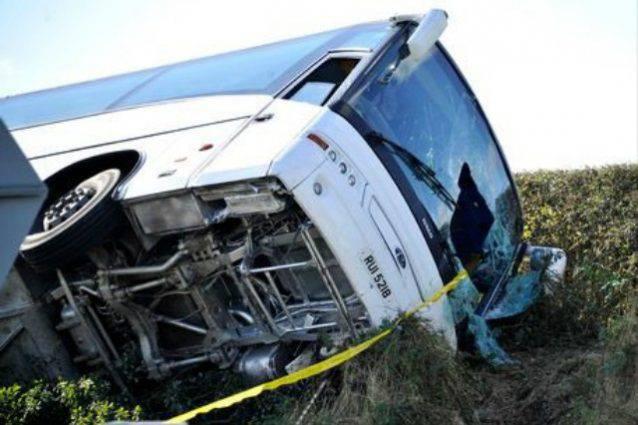 Il bus dei tifosi si ribalta in curva, è il disastro