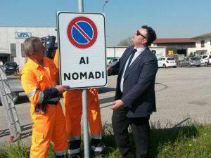 Il sindaco Formaggio vicino ad un segnale a lui molto caro (Websource)