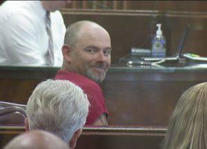 Jay Maynor mentre viene giudicato in tribunale per aver ucciso il pedofilo che violentò la figlia (Mirror)