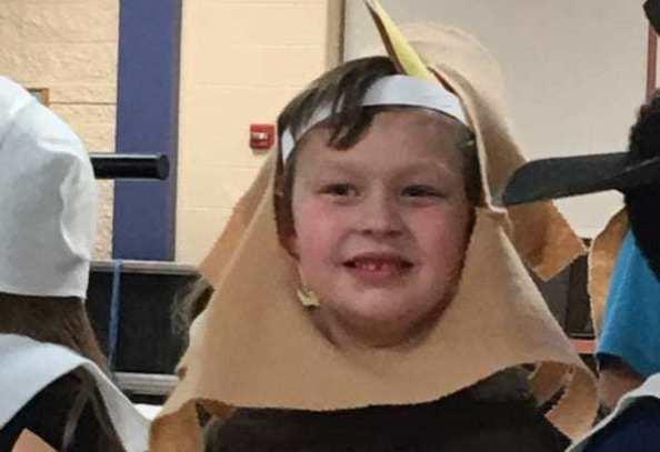 La maestra gli toglie il microfono: bimbo autistico si dispera