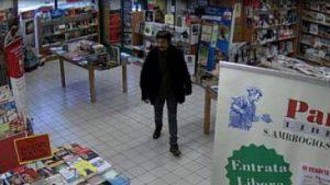 Daniele Pepino ripreso dalle telecamere di sorveglianza della libreria (Websource)