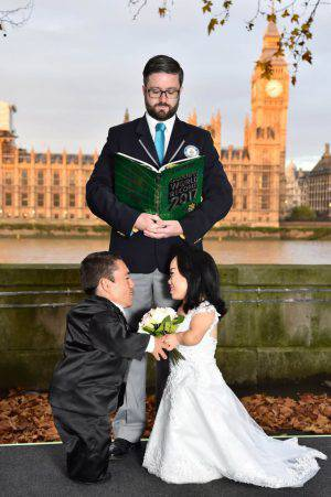 EDITORIAL USE ONLY Paulo Gabriel da Silva Barros and Katyucia Lie Hoshino Barros from Brazil are presented with the Guinness World Record, which confirms they are The WorldÕs Shortest Married Couple, by official adjudicator Mark McKinley in London, marking Guinness World Records Day. PRESS ASSOCIATION Photo. Picture date: Thursday November 17, 2016. The couple, who measure under 70 inches combines, have always suspected that they may be the shortest couple in the world, finally tied the knot eight years after meeting on social media. See PA story SOCIAL Records. Photo credit should read: Matt Crossick/PA Wire LaPresse Only italy Guinness World Records Day 2016 085078