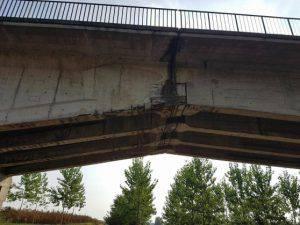 Le evidenti lesioni nella parte inferiore del ponte (Websource)