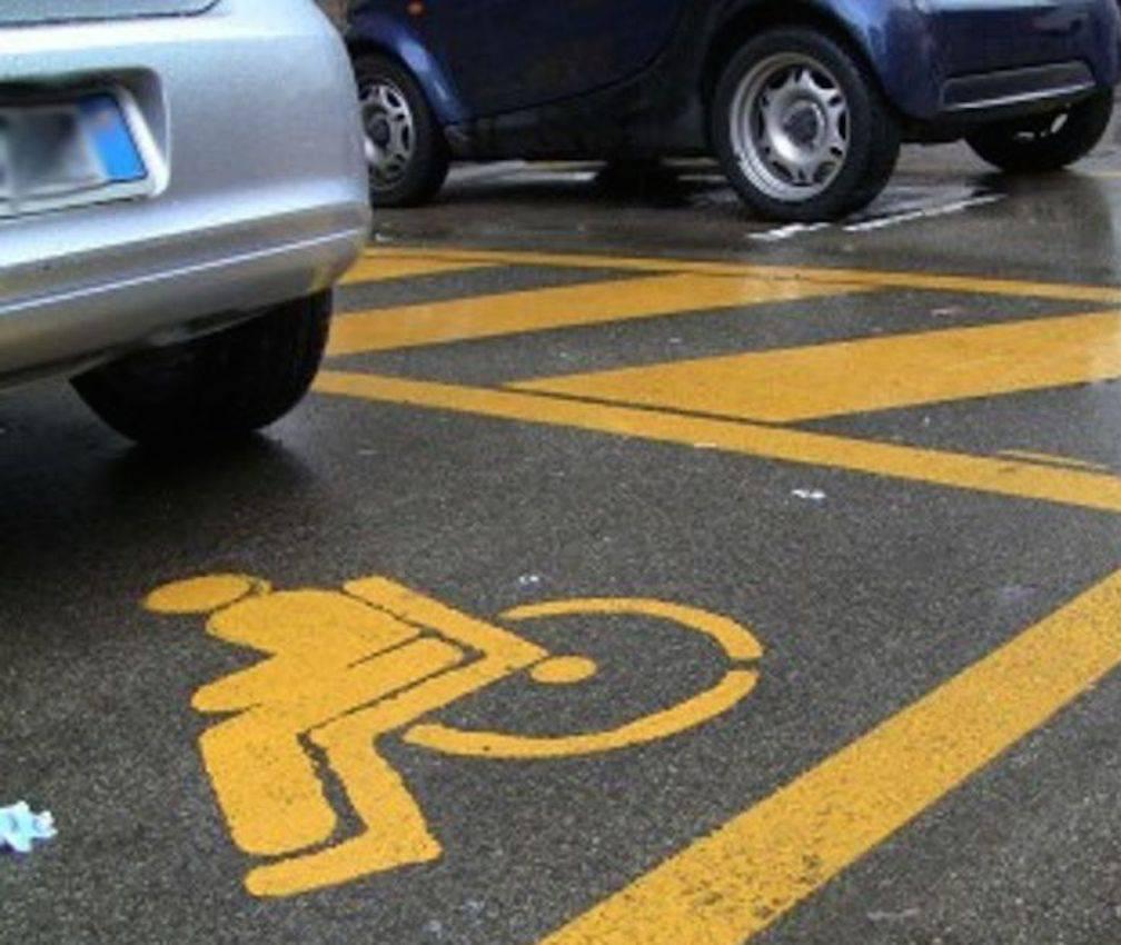 Vigile parcheggia nel posto disabili, scoppia la rissa – VIDEO