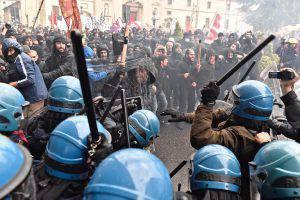 Leopolda: manifestazione No Renzi, polizia carica