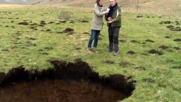"""Terremoto, c'è un'enorme voragine: """"Qui crolla tutto"""" – VIDEO"""