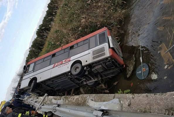 Autobus di linea fuori strada: Valentina muore a 20 anni