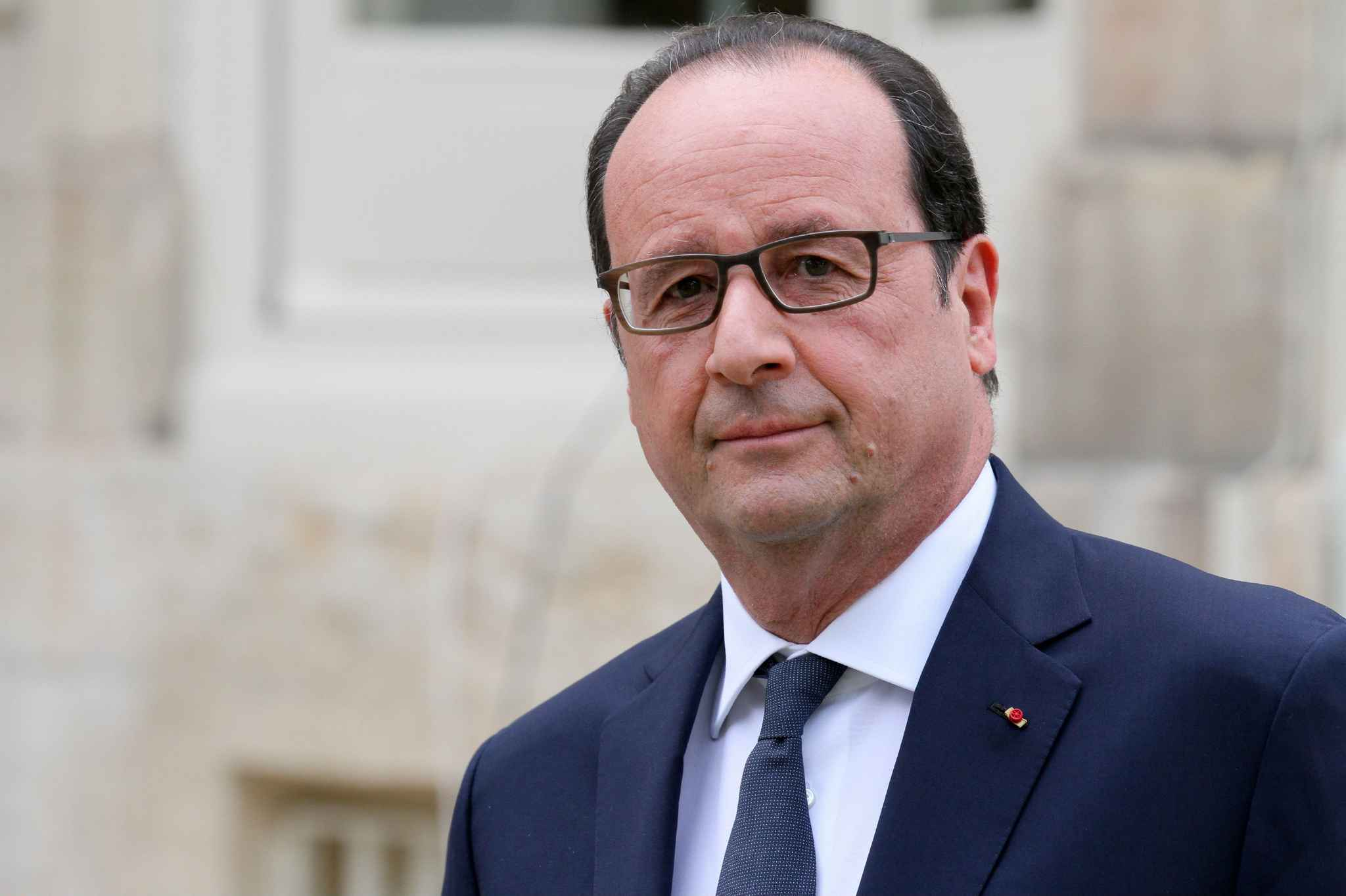 Il presidente Hollande prende una clamorosa decisione
