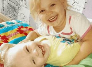 I due bimbi abbandonati in casa da soli (Mirror)