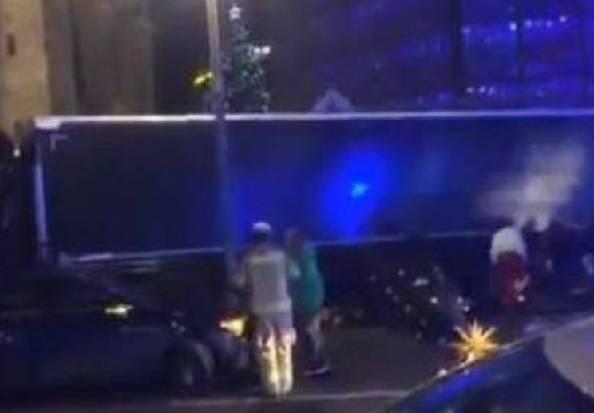 Camion sulla folla ai mercatini di Natale, morti e feriti