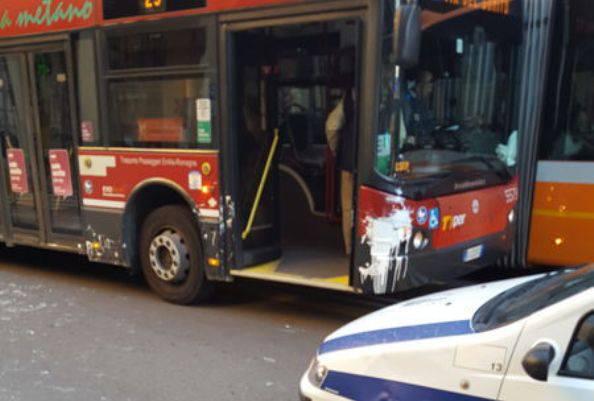 Scende dal bus, distrazione fatale: è tragedia