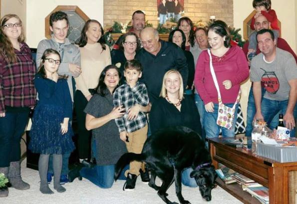 Al cenone di Natale, il cane rovina l'album di famiglia – FOTO