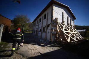 Vigile del fuoco nell'area del sisma (FILIPPO MONTEFORTE/AFP/Getty Images)