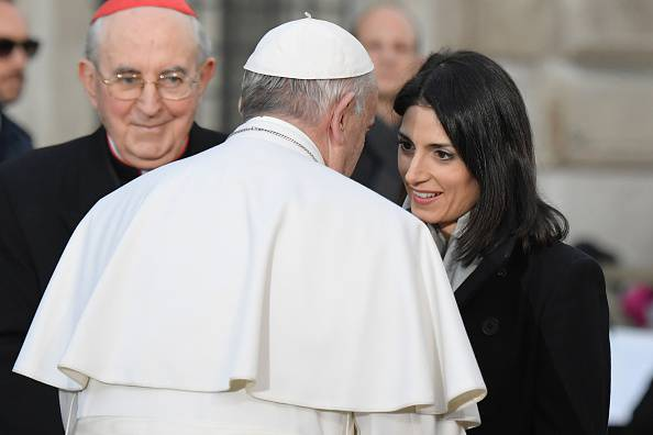Virginia Raggi con Papa Francesco (TIZIANA FABI/AFP/Getty Images)