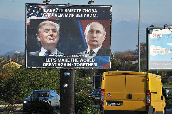 Trump e Putin in un manifesto elettorale (SAVO PRELEVIC/AFP/Getty Images)