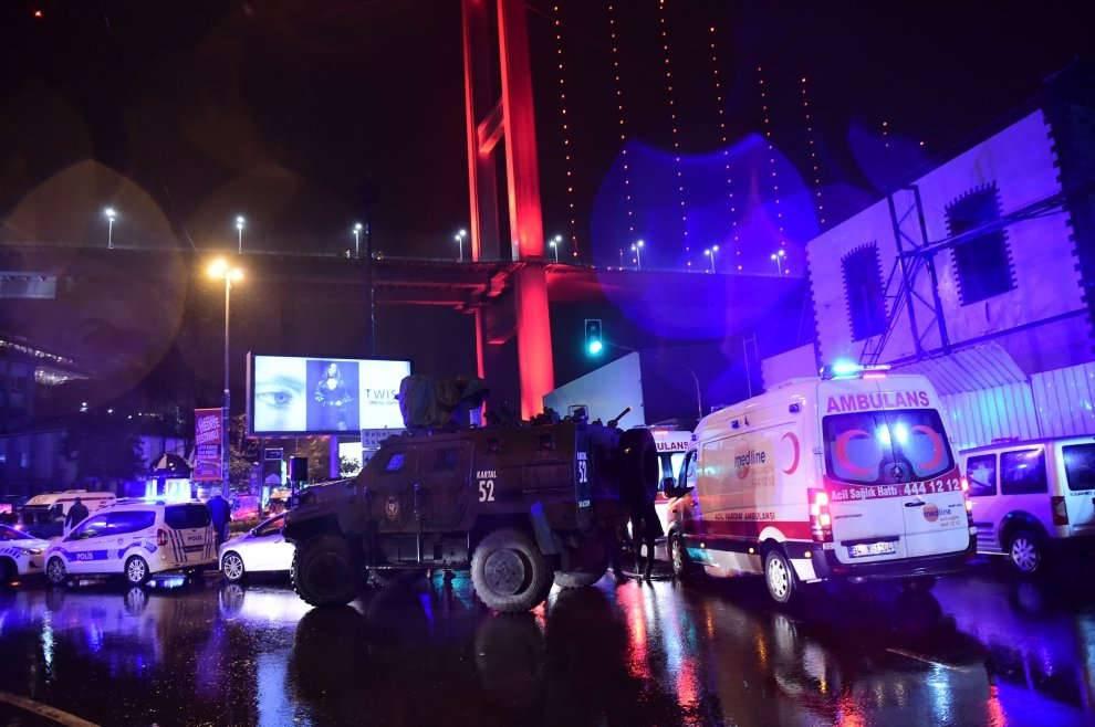 Terrorista vestito da Babbo Natale, strage ad Istanbul