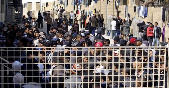 Proteste dei migranti per cibo, vestiti e condizioni igeniche
