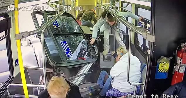 Devastante impatto di un furgone contro un bus – VIDEO