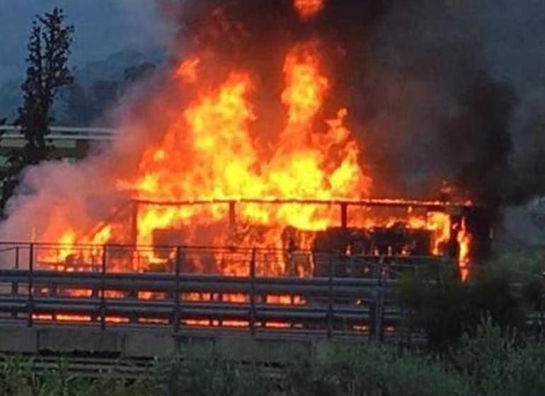Un bus pieni di studenti prende fuoco: strage sulla A4