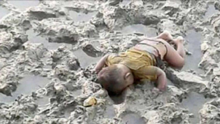 Muore a 16 mesi nel fango: fuggiva dalla repressione