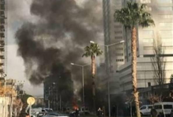 Turchia, 10 feriti da autobomba a Smirne, scontri con attentatori