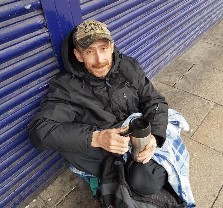 Trova 300 euro di merce, quello che fa il senzatetto è incredibile